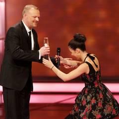 Preisträger Stefan Raab und Lena Meyer-Landrut, die vor ihrem Mentor in die Knie geht.