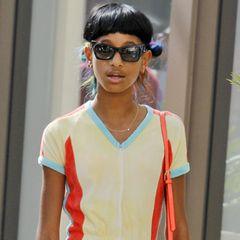 Ihre Vorliebe für flippige Outfits hat Willow Smith sicherlich von ihren berühmten Eltern geerbt. Im bonbonfarbenen Nicki-Jumpsuit geht sie zusammen mit einer Freundin shoppen.