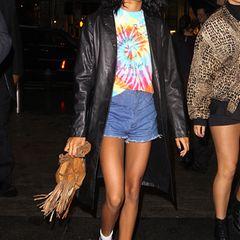 Während ihr restliches Outfit sommerlich und farbenfroh ist, wirkt der schwere Ledermantel viel zu wuchtig für die zarte Willow.