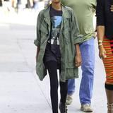 """Modische Minis: Willow im Hipster-Look: Mit Army-Jacke, Leggings und """"Abbey Road""""-Shirt liegt sie da auch altersmäßig genau richtig."""