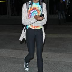 Wie ein ganz normaler Teenager sieht Willow beim Verlassen des Flughafens Los Angeles aus. Während andere Kinder jeden Tag Jeans und T-Shirt tragen, greift die Tochter von Will Smith und Jada Pinkett-Smith meist zu auffälligeren Outfits.