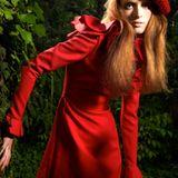 Wollkleid mit leicht ausgestelltem Rock und Volants an Ausschnitt und Ärmeln, von Valentino, Preis auf Anfrage. Strickmütze: pri