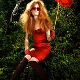 Corsagenkleid aus Satinstretch, von Dolce & Gabbana, Preis auf Anfrage. Sonnenbrille von Mykita für Herr von Eden. Kniestrümpfe