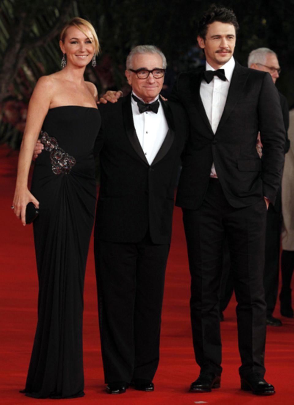 """Regisseur Martin Scorsese posiert inmitten von James Franco und Frida Giannin, Kreativdirektorin von Gucci, auf der """"La Dolce Vi"""