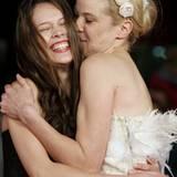 """Paula Beer bekommt von Jeanette Hain auf der Filmpremiere von """"The Poll Diaries"""" einen Kuss aufgedrückt."""