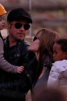 Die verliebten Blicke von Brad und Angelina interessieren Zahara herzlich wenig. Shiloh dagegen beobachtet ihre Mama ganz genau.