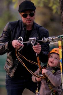Töchterchen Shiloh beobachtet ganz genau, ob Papa Brad sie für die Fahrt mit dem Seilzug auch richtig sichert.
