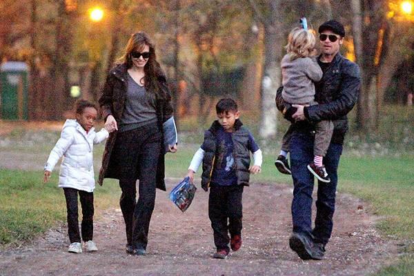Wie eine ganz normale Familie: Angelina Jolie und Brad Pitt mit ihren Kindern Zahara, Pax und Shiloh in einem Kletterpark in Bud