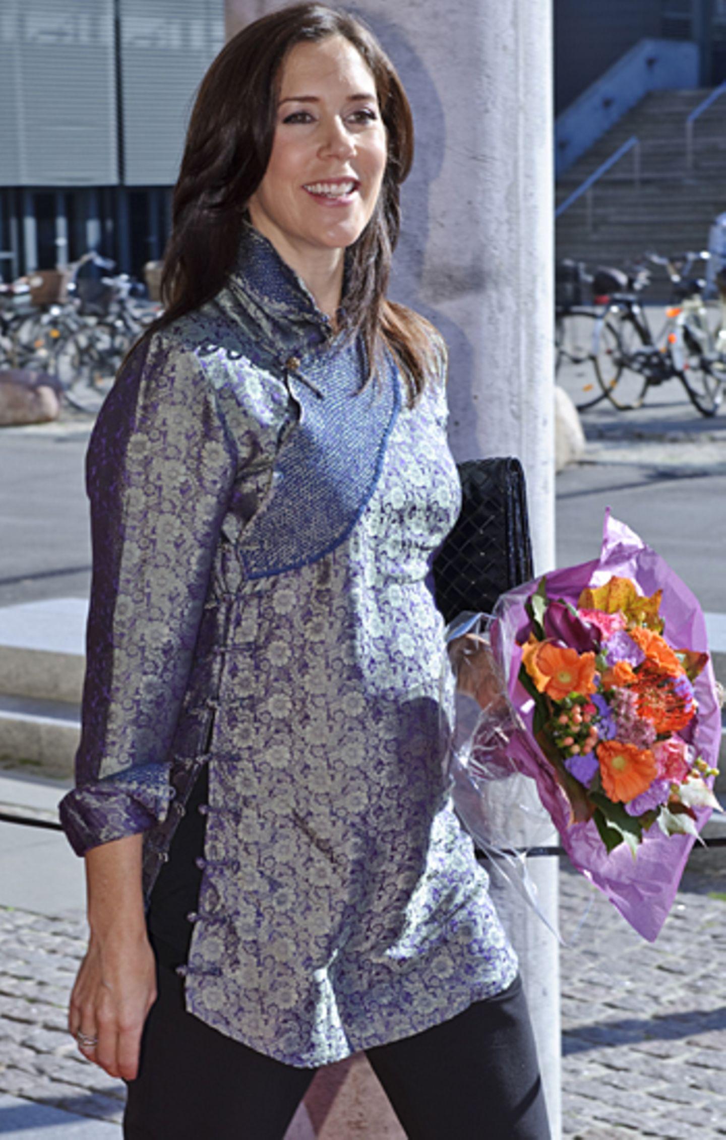 30. September 2010: Die untersten Knöpfe der Bluse müssen mittlerweile schon geöffnet werden, damit der zwillingsbauch Platz dar