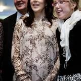 6. November 2010: Unter dem wenig figurbetonenden Kleid verschwindet Marys Zwillingsbauch fast vollständig.