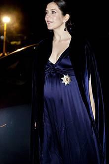 20. November 2010: Jetzt ist ihr Bauch nicht mehr zu übersehen. Bei der jährlichen Husaren-Party trägt Mary ein wundervolles bla