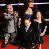 Warwick Davis bringt seine Familie mit zur Filmpremiere.