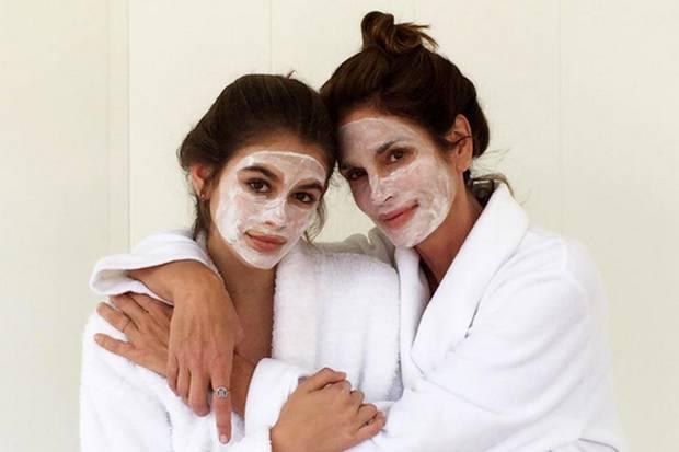 """""""Girls Day!"""" Cindy Crawford und ihre bezaubernde Tochter Kaia genießen einen gemeinsamen Beauty-Tag und sind mit Gesichtsmaske und weißen Bademänteln kaum noch auseinanderzuhalten."""