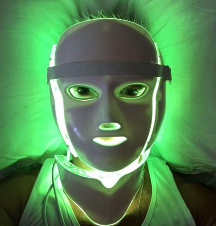 Eine wirklich außergewöhnliche Beauty-Behandlung gönnt sich Schauspieler Luke Evans mit einer LED Lichttheraphie. Sieht ziemlich skurril aus oder?