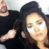 Richtig glücklich wirkt Salma Hayek beim Hairstyling und mit den Augen-Pads nicht, was sie jedoch nicht davon abhält, dieses Selfie ihren Instagram-Fans zu präsentieren.