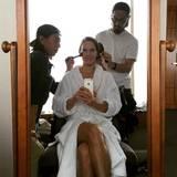 Hilary Swank kann gleich auf vier helfende Hände in Sachen Styling vertrauen. Vor ihrem großen Auftritt beim Filmfestival in Tokio lässt sie sich von ihren beiden Make-up-Artists aufhübschen.