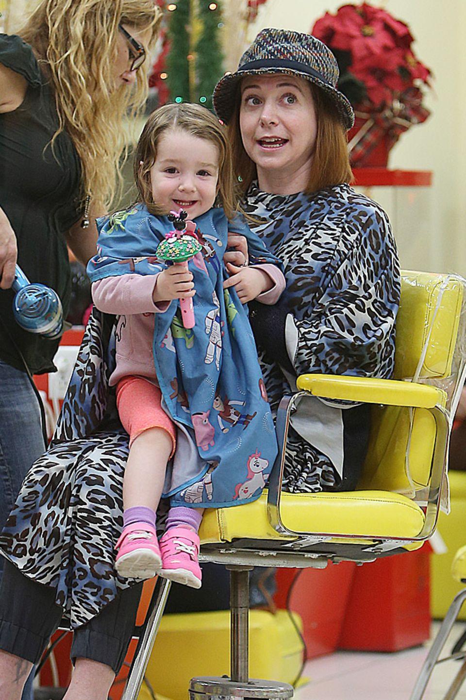 Schnipp, schnapp... Auf dem Schoß von Mama Alyson Hannigan macht der kleinen Keeva das Haareschneiden und Fönen noch mehr Spaß.