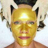 Model und Schauspielerin Amber Valletta glaubt an die verjüngende Wirkung von intensiven Masken. Umso schöner, wenn diese so kleidsam sind wie diese goldene Variante.