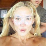 Neuartige Beauty-Anwendung? Kate Hudson und ihr Make-Up-Artist scheinen von der transparenten Augen-Gelmaske im Gesicht der Schauspielerin mehr als begeistert zu sein.