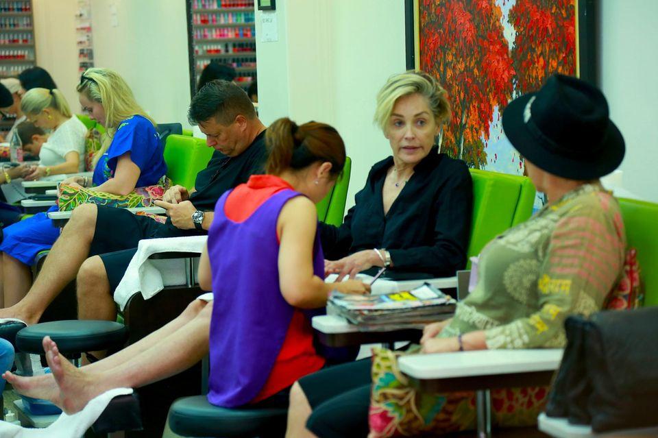 Die Schauspielerin Sharon Stone verbringt einen Wellnesstag in Beverly Hills und gönnt sich eine Maniküre und Pediküre-Behandlung.