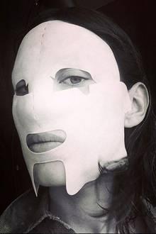Ein wenig sieht It-Girl Alexa Chung mit der Maske ja aus wie ein Beauty-Schocker. Unter dem weißen Stoff verbergen sich pflegende Inhaltsstoffe, die die Haut zum Strahlen bringen.