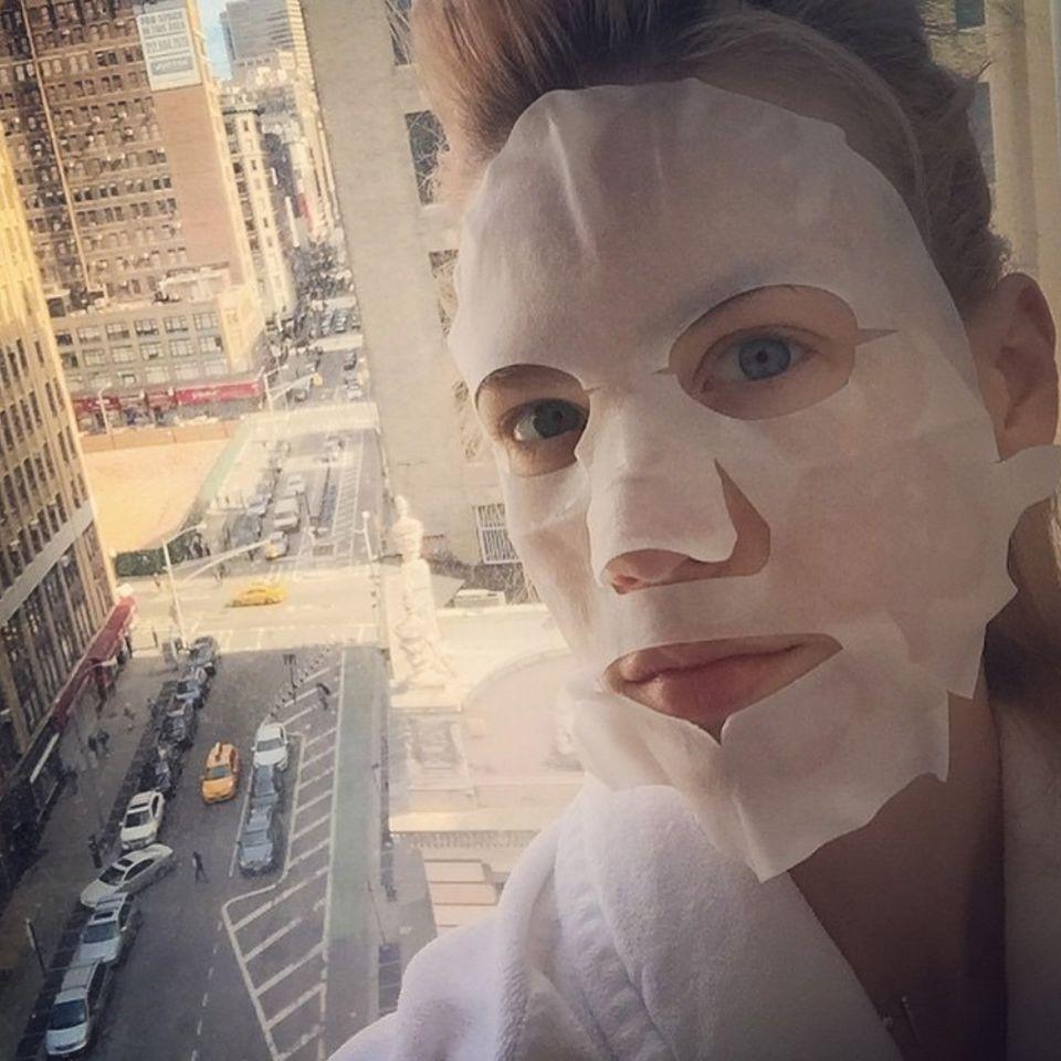 January Jones schickt morgendliche Grusel-Grüße aus New York City und glaubt mit der Beauty-Maske in 15 Minuten 10 Jahre jünger auszusehen.