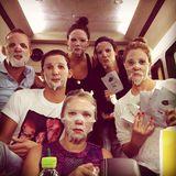 Was machen Drew Barrymore und ihr Team auf längeren Autofahrten? Sich am Flughafen Kaviar-Gesichtsmasken kaufen und gemeinsam für etwas Frische im Gesicht sorgen. So geschehen gerade in der südkoreanischen Hauptstadt Seoul. Und sehen sie nicht alle bezaubernd aus?
