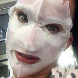 Gruselig schön! Wissen Sie, wer sich hinter der sehr an Freddy Krueger erinnernden Gesichtsmaske versteckt? Katy Perry erfreut so ihre über 52 (!) Millionen Instagram-Follower.