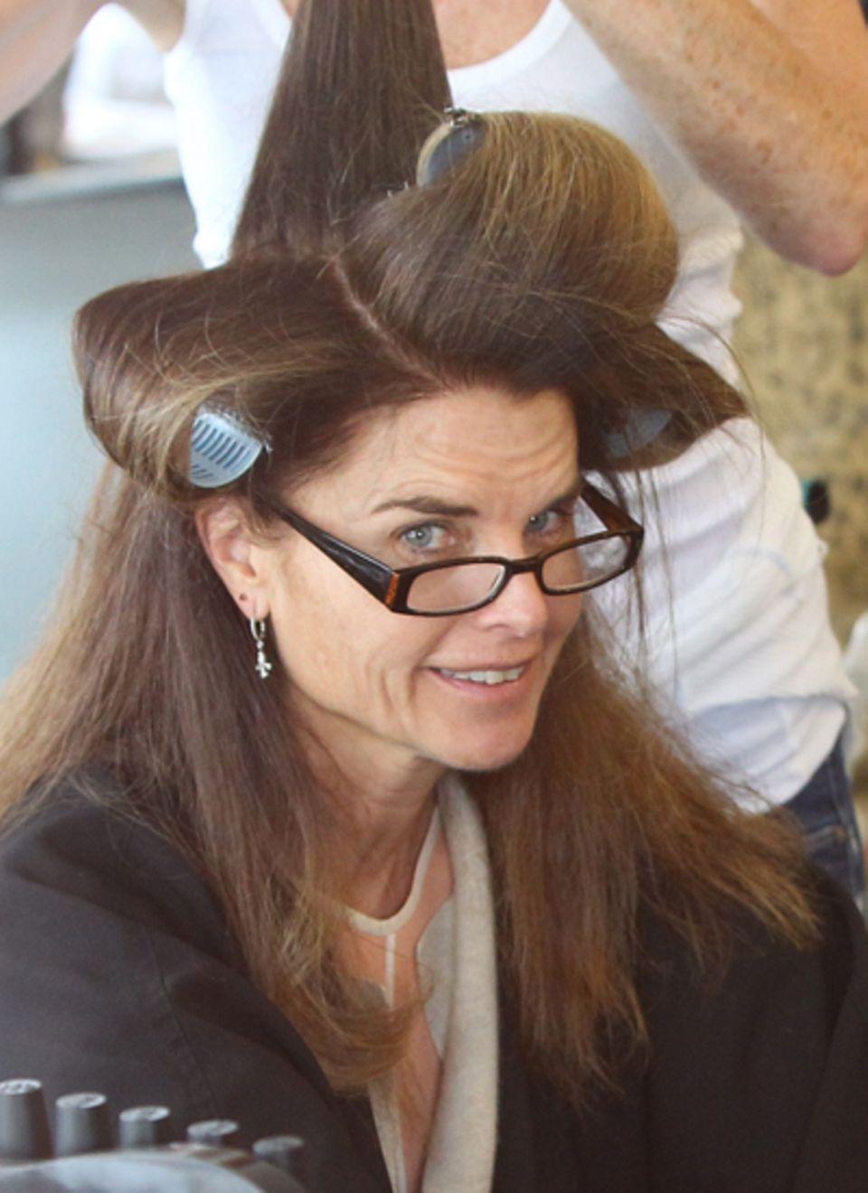 In einem Schönheitssalon in Beverly Hills lässt sich Maria Shriver die Haare aufdrehen.