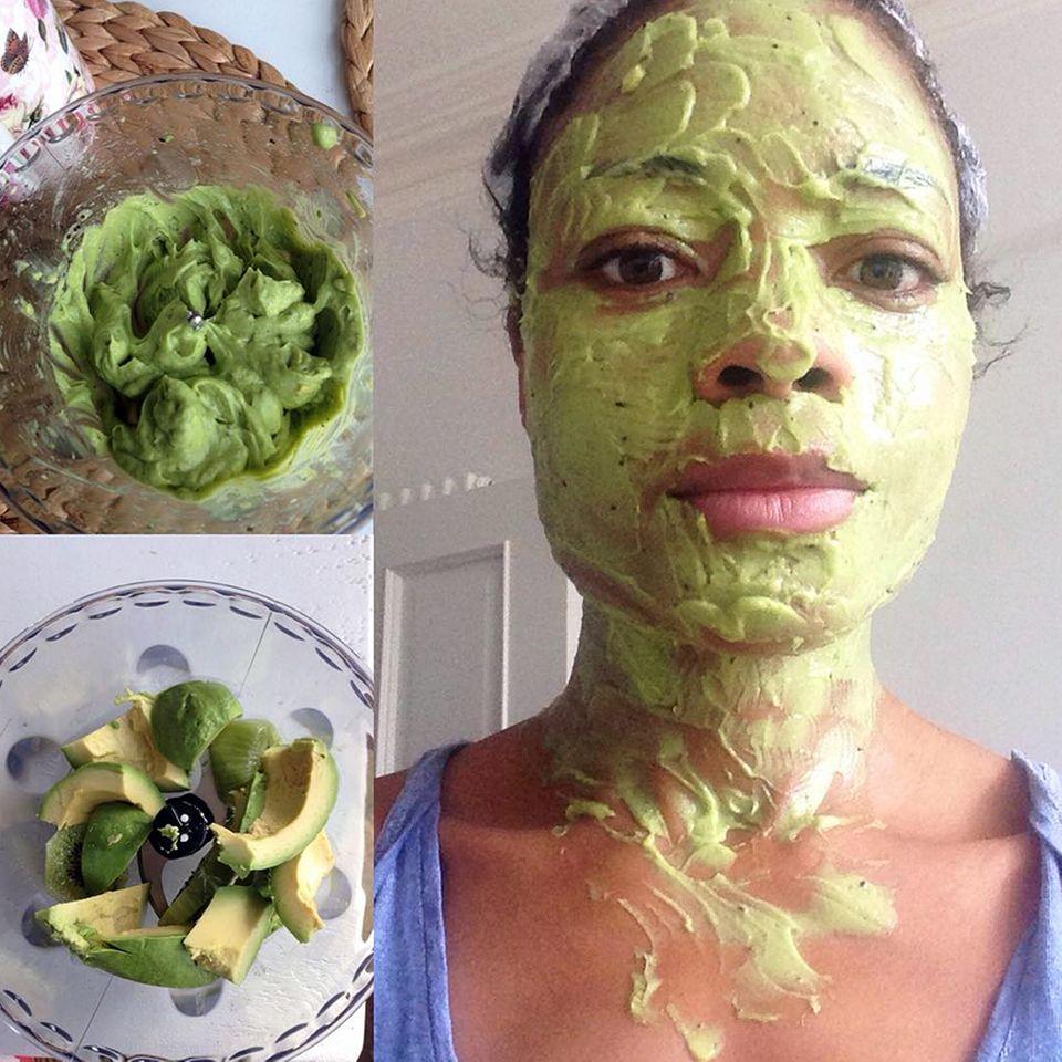 """Also, wir würden die Avocados und Kiwis ja lieber essen, aber Bond-Star Naomie Harris verhofft sich von dieser leckeren und Collagen-geladenen Gesichtsmaske einen positiven Effekt für ihre Haut und erfreut ihre Instagram-Fans mit diesem lustigen """"Shrek""""-Bild."""