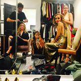"""Zu ihrem 35. Geburtstag schmeißt Nicole Richie eine total glamouröse Party, zu der unter anderem auch Schwägerin Cameron Diaz eingeladen ist. Bevor es in den Club """"The Standard"""" in West Hollywood geht, lassen sich die zwei aber noch passend zu dem 70er-Jahre-Motto stylen. Goldene Kleider, Smokey Eyes und Wow-Locken - die Make-up-Artisten toben sich so richtig aus."""