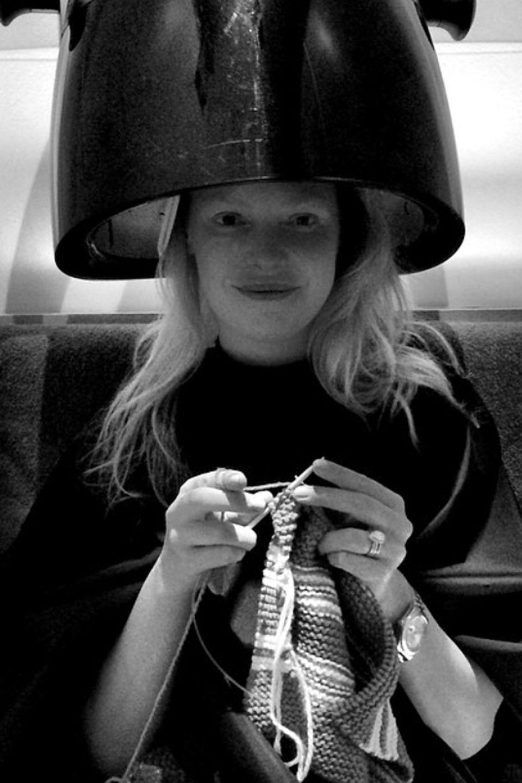 Mit Strickzeug unter der Trockenhaube: Katherine Heigl vertreibt sich die Wartezeit im Schönheitssalon wie zu Omas Zeiten und schmunzelt auf Instagram ein bisschen über sich selbst.