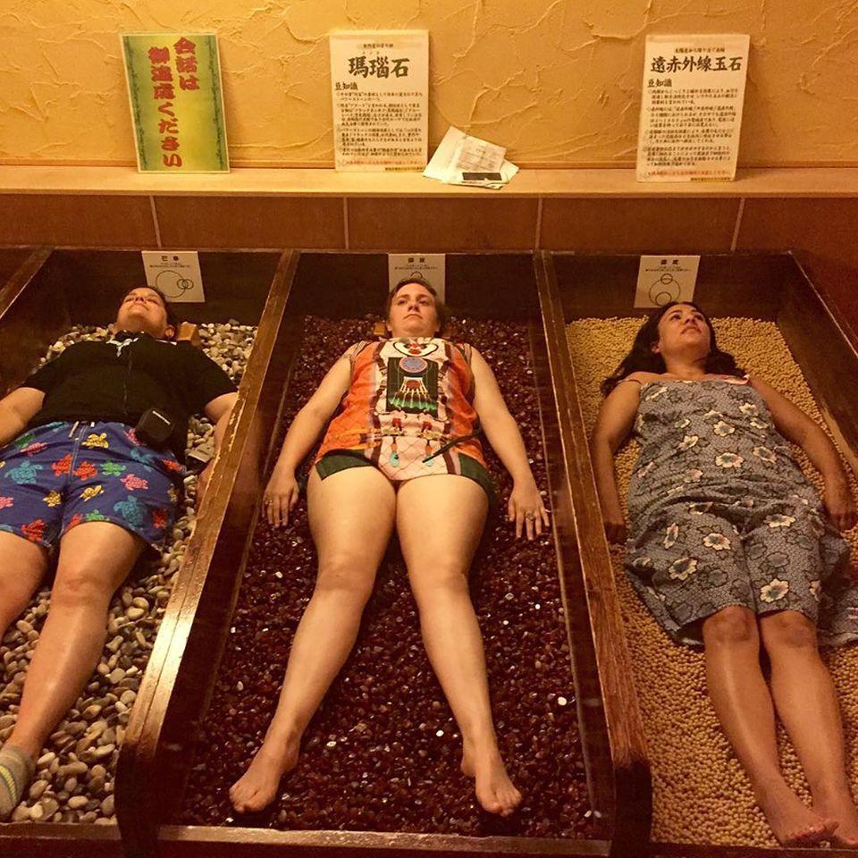 """""""Stoners""""! Lena Dunham testet mit ihren Freunden die heilende Kraft von Steinen, sieht dabei aber doch etwas skeptisch aus."""