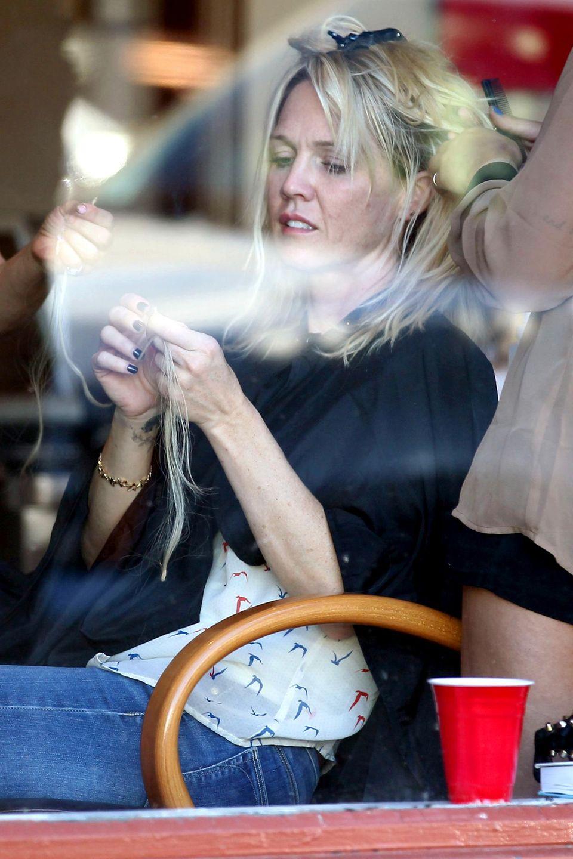 Jennie Garth legt bei ihrer Haarverlängerung selbst mit Hand an.