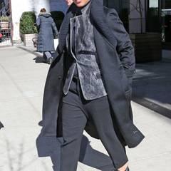 Ein bisschen erinnert uns Alicia Keys mit diesem Look an einen Gangster während der Prohibition. Dank der neutralen Farben und bis ins Detail abgestimmten Accessoires wirkt ihr Outfit sehr elegant.