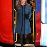 Im blauen Malene-Birger-Mantel besucht Catherine die Feierlichkeiten anlässlich dem 150. Jubiläum des Londoner Underground.