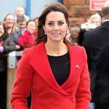 Im roten Wollmantel mit ausladenem Kragen lässt sich der kühle Wind im schottischen Ayrshire für Herzogin Catherine gut aushalten.