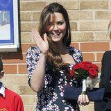 Im leichten Erdem-Kleid, das Herzogin Catherine bei dem Besuch einer Grundschule in Manchester trägt, sieht man gut, wie klein ihr Babybauch selbst im sechsten Monat noch ist.