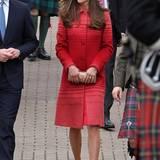 Wie ein Rubin leuchtet Herzogin Catherine bei ihrem Besuch in Schottland im gestreiften Wollmantel von Jonathan Saunders.