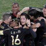 Schland, oh Schland! Der deutsche Nationalmannschaft begeistert in Südafrika und heizt so richtig die Fußballsommerstimmung an.
