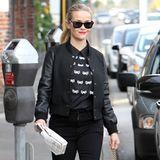 Die Streetstyle-Queen Reese Witherspoon macht ihrem Ruf mal wieder alle Ehre. Beim schwarzen Outfit mit Slim-Jeans und College-Jacke bringt die mit Schleifen bedruckte Bluse sogar noch etwas Festlichkeit in den Look.