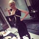 Poppy Delevigne mal ganz anders. In ihrem Bad posiert sie in einem hautengen Latexkleid, das ihr Dekolleté mit einer riesigen Geschenkschleife schmückt.