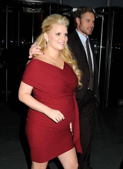 """29. November 2011: Die schwangere Jessica Simpson und ihr Verlobter Eric Johnson besuchen die """"25th Annual Footwear News Achieve"""