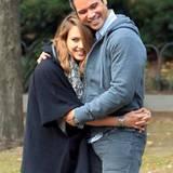 23. Oktober 2011: Jessica Alba und Cash Warren genießen den Familienausflug in einen Park in Manhattan.