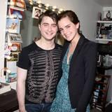 28. April 2011: Überraschungsbesuch hinter den Kulissen am Broadway: Daniel Radcliffe freut sich über Besuch von Emma Watson.