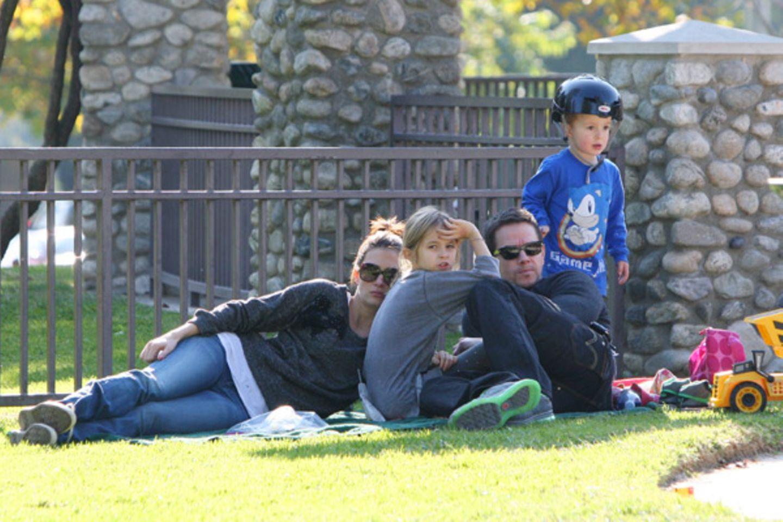 21. Dezember 2011: Mark Wahlberg entspannt sich mit seiner Familie in einem Park in Beverly Hills.