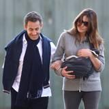 31. Oktober 2011: Frankreichs Staatspräsident Nicolas Sarkozy und Carla Bruni gehen mit Töchterchen Giulia im Park von Versaille