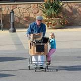 28. November 2011: Nick Nolte und seine Tochter Sophie gehen in Malibu einkaufen.