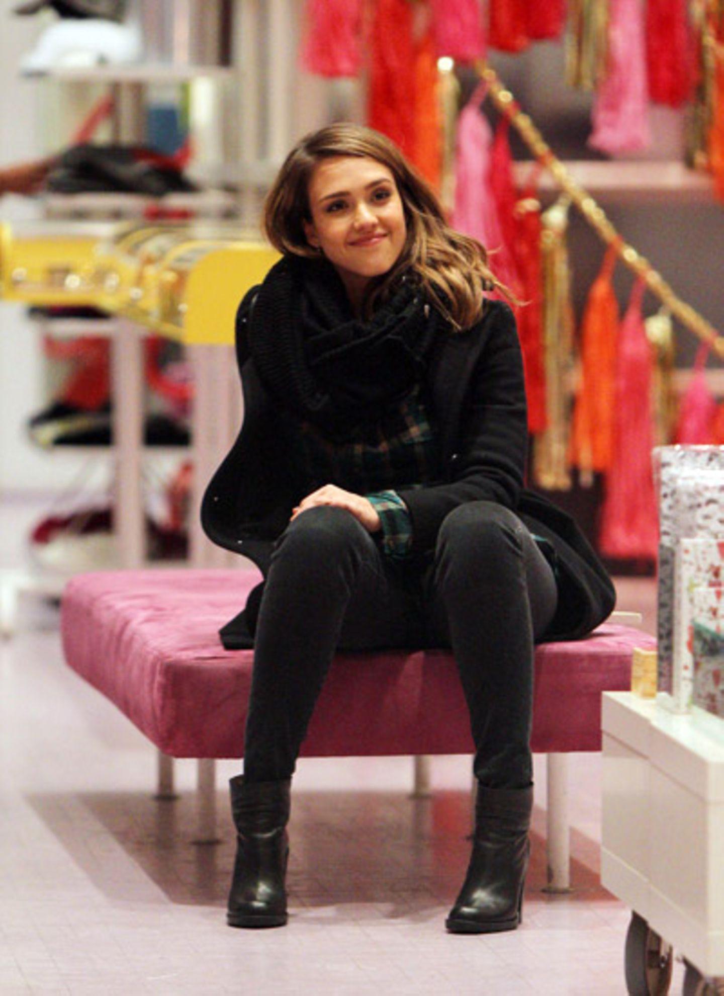 7. Dezember 2011: Jessica Alba ist mit einer Freundin in New Yorks Modeboutiquen unterwegs. Die Schauspielerin gönnt sich eine k