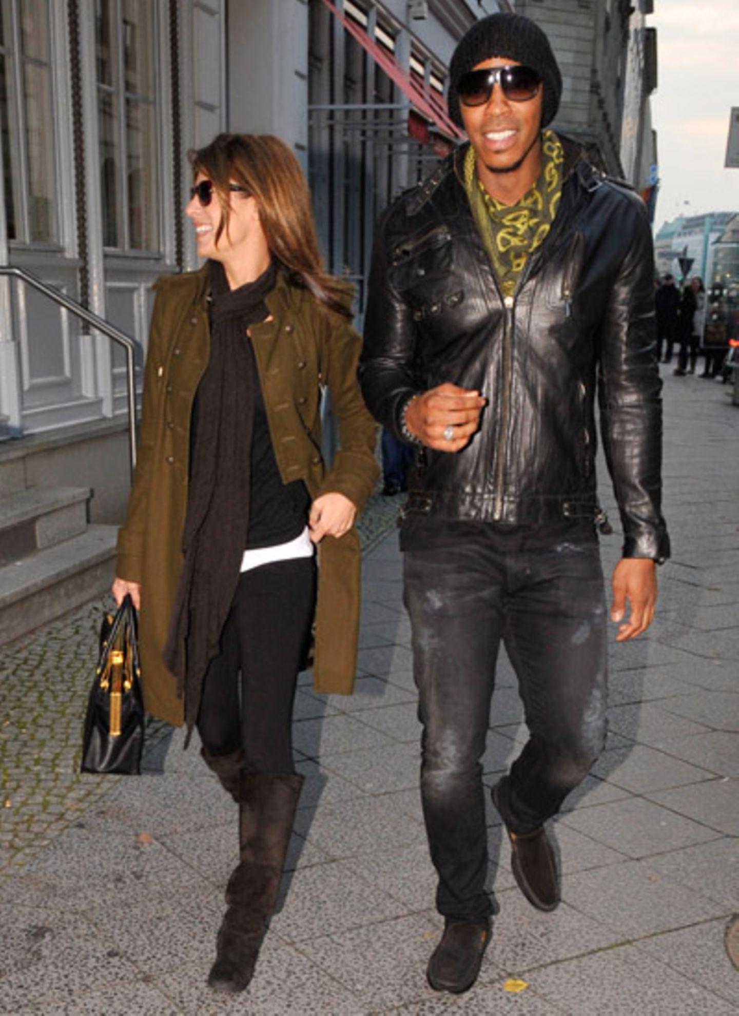 """27. Oktober 2011: Ganz entspannt und mit einem Lächeln auf den Lippen laufen Elisabetta Canalis und """"True Blood""""-Star Mehcad Bro"""